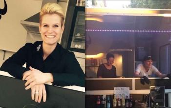 Strahlend lachende Frau und Burger aus Foodtruck Köln herausgebend