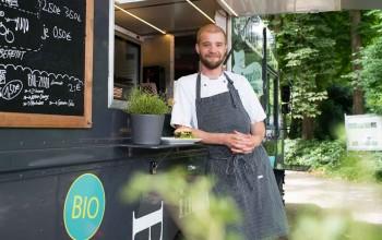 Arne Ulfers an Theke Foodtruck gelehnt