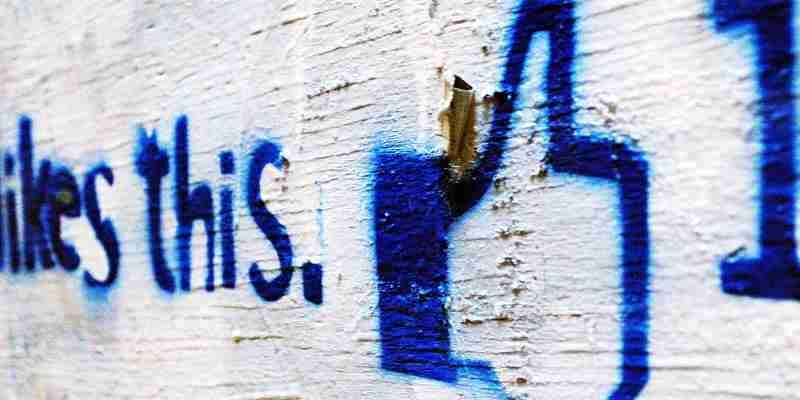 Wand mit gesprühter Beschriftung