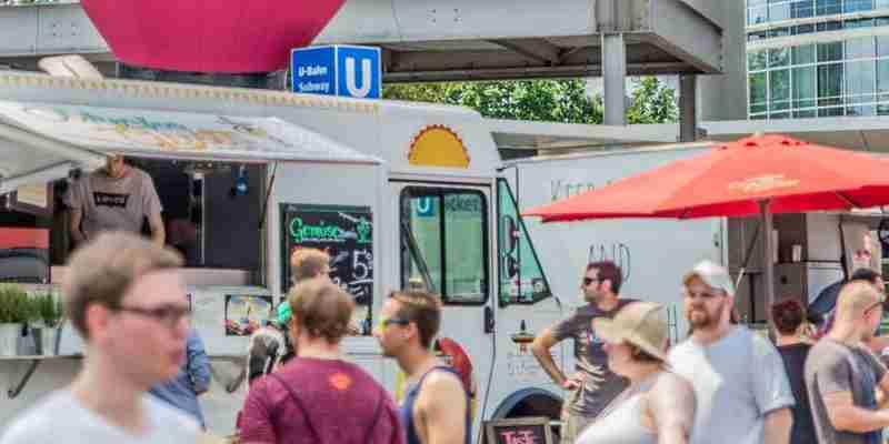 Auf einem Street Food Festival: Foodtrucks und Besucher