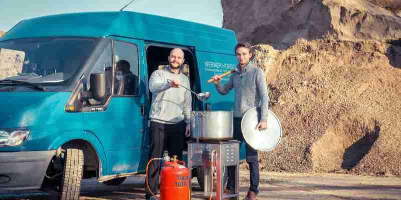 Manuel Seifried und Florian Horsch vor dem Foodtruck