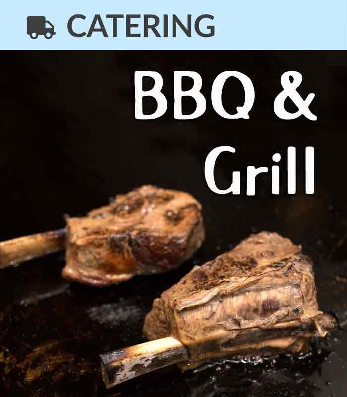 Catering Foodtruck BBQ & Grill mit Fleisch im Hintergrund