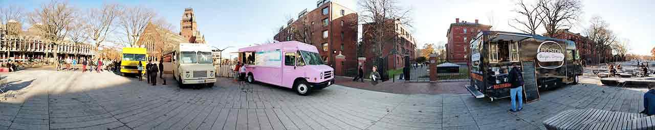 Mehrere Foodtrucks auf Uni Gelände Boston