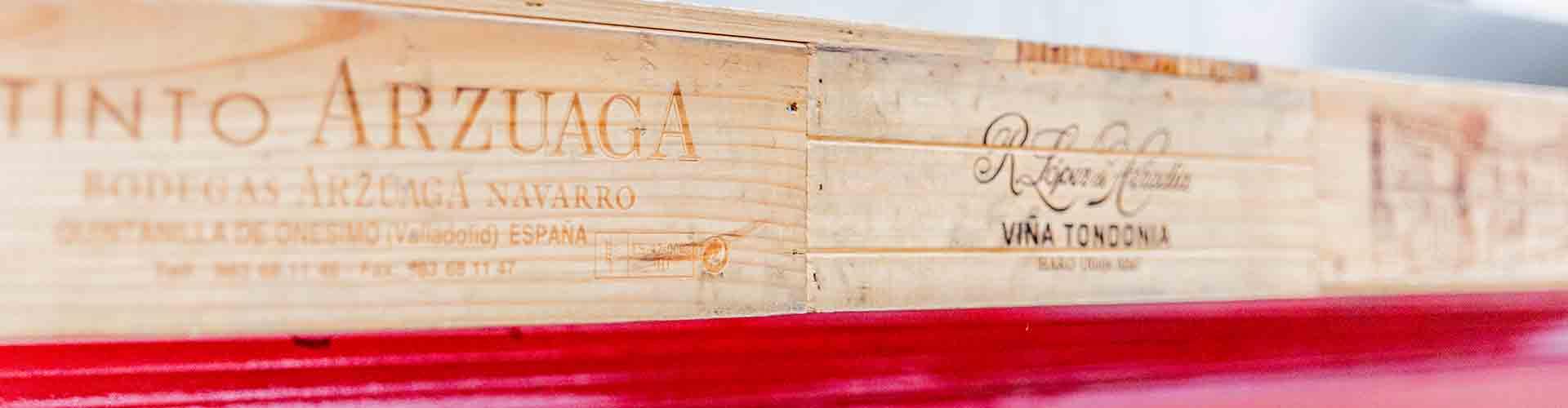 Holzdetails spanische Beschriftungen Wein
