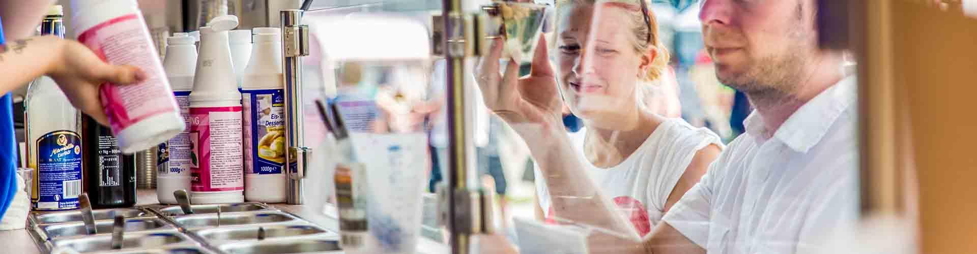 Blick aus Frozen Yogurt Foodtruck heraus auf wartende Street Food Kunden