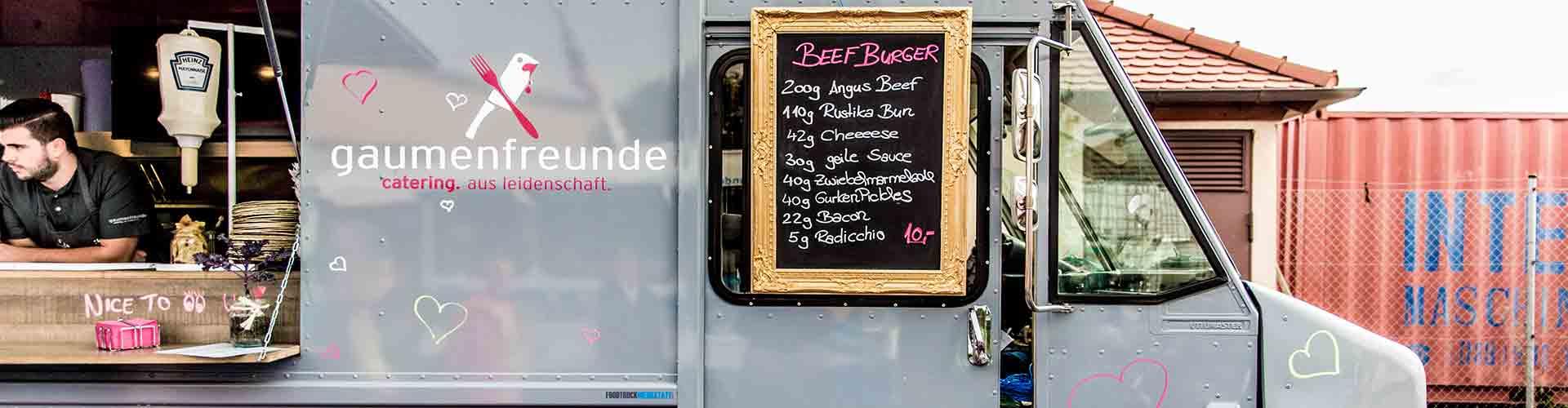 grauer Foodtruck Gaumenfreunde mit Kreide-Preistafel